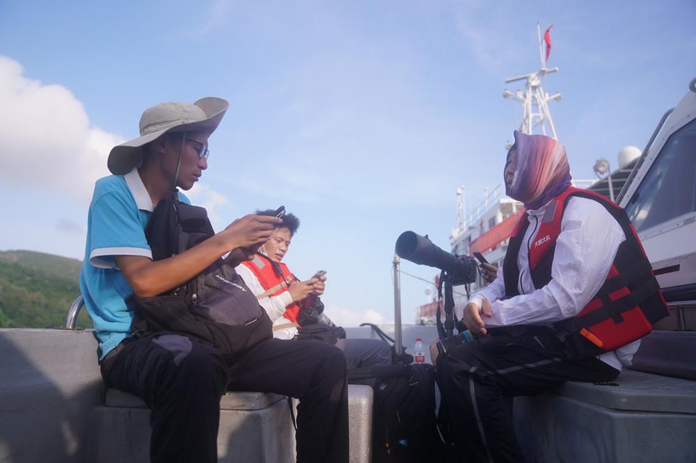 深圳市蓝色海洋保护协会会长马海鹏(左)和媒体沟通_副本.jpg